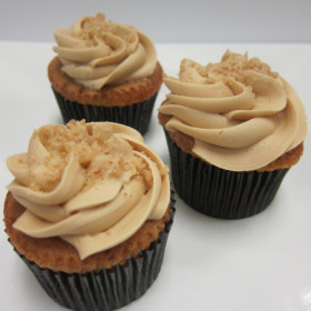 Vanilla-Cupcakes-with-Caramel-Frosting-600x450